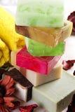 Handgjord tvål med bad- och brunnsorttillbehör Royaltyfria Bilder
