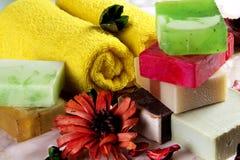Handgjord tvål med bad- och brunnsorttillbehör Arkivfoto