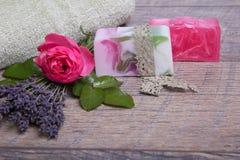 Handgjord tvål med bad- och brunnsorttillbehör Torkad lavendel- och nostalgikerrosa färgros Royaltyfria Bilder