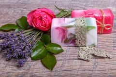 Handgjord tvål med bad- och brunnsorttillbehör Torkad lavendel- och nostalgikerrosa färgros Royaltyfri Bild