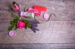 Handgjord tvål med bad- och brunnsorttillbehör Torkad lavendel- och nostalgikerrosa färgros Arkivfoton