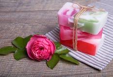 Handgjord tvål med bad- och brunnsorttillbehör Torkad lavendel- och nostalgikerrosa färgros Royaltyfri Foto