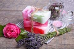 Handgjord tvål med bad- och brunnsorttillbehör Torkad lavendel- och nostalgikerrosa färgros Royaltyfri Fotografi