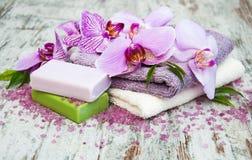 Handgjord tvål och purpurfärgade orkidér Arkivbilder