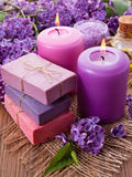 Handgjord tvål, stearinljus och lila Arkivbilder