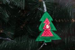 Handgjord uggla från filt på julgranen med kottar Arkivfoton
