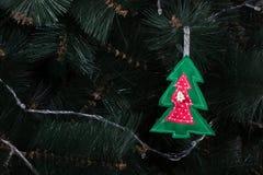 Handgjord uggla från filt på julgranen med kottar Fotografering för Bildbyråer
