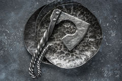 Handgjord yxa på metallplattor Royaltyfri Fotografi