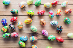 Handgjorda ägg för påsk på trätabellen Fotografering för Bildbyråer