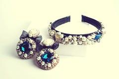 Handgjorda örhängen och beslag med juvlar Tappning Royaltyfri Foto