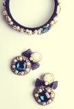 Handgjorda örhängen och beslag med juvlar Tappning Royaltyfria Bilder