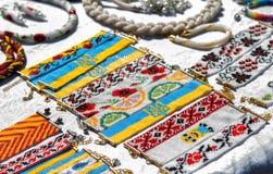 handgjorda armband som göras av färgrika pärlor Arkivbilder