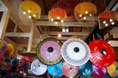 Handgjorda Art Umbrella för show- och försäljningshandelsresande på Bo-sjöng handen Royaltyfri Foto