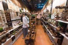 Handgjorda artiklar för kokosnöt på den centrala marknaden, Kuala Lumpur Arkivbild