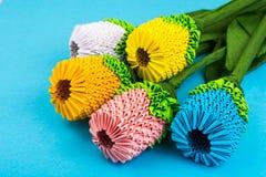 Handgjorda blommor för origami på blå bakgrund Royaltyfri Foto