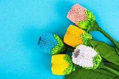 Handgjorda blommor för origami på blå bakgrund Royaltyfri Fotografi