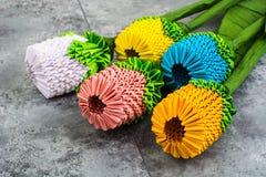 Handgjorda blommor för origami på blå bakgrund Arkivfoton