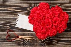 Handgjorda blommor i ask med valentinkortet på den bruna bakgrunden Royaltyfri Fotografi