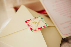 Handgjorda bröllopinbjudningar Arkivbild