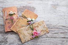 Handgjorda bröllopinbjudningar som göras av papper Arkivbild