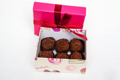 Handgjorda choklader i en gåvaask med pilbågen in arkivfoto