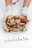 Handgjorda choklader i korgen Royaltyfri Bild