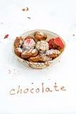 Handgjorda choklader i korgen Arkivfoton