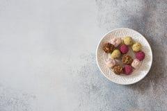 Handgjorda choklader på stenbakgrund Royaltyfri Bild