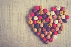 Handgjorda chokladgodisar som bildar hjärta, säckväv, kanfasbakgrund Fritt avstånd för din text arkivbilder