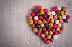 Handgjorda chokladgodisar som bildar hjärta, säckväv, kanfasbakgrund Fritt avstånd för din text fotografering för bildbyråer