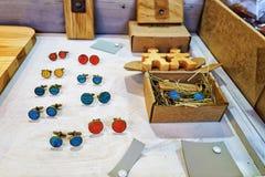 Handgjorda cufflinks på stallen under Riga jul marknadsför Royaltyfria Bilder