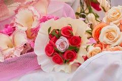 Handgjorda dekorativa pappers- blommor Arkivbild