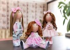 Handgjorda dockor med naturligt hår dekorerade med grönska och sma Royaltyfria Foton