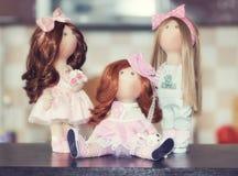 Handgjorda dockor med naturligt hår dekorerade med grönska och sma Royaltyfria Bilder