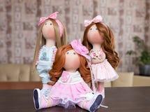 Handgjorda dockor med naturligt hår dekorerade med grönska och sma Arkivfoton