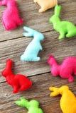 Handgjorda easter kaniner Arkivfoton