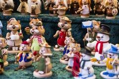 Handgjorda färgrika dekorativa leksaker för jul på ganska marknad Royaltyfri Fotografi