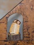 Handgjorda färgrika träOwl Figurine, hem- garnering royaltyfria bilder