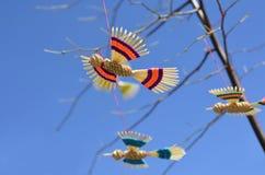 Handgjorda fåglar som hänger på ett träd Royaltyfria Bilder