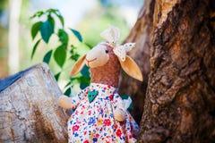 Handgjorda får för textil i klänning med blommor Arkivbild