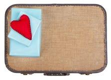 Handgjorda filthjärtor som överst sitter på gåvor av en resväska arkivbild