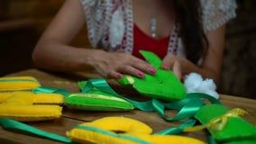 Handgjorda flickor som syr bokstäver av filt arkivfilmer
