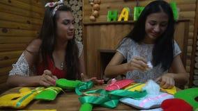 Handgjorda flickor som syr bokstäver av filt lager videofilmer