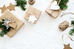 Handgjorda gåvaaskar för jul på bästa sikt för vit bakgrund Hälsningkort för glad jul, ram Tema för vinterxmas-ferie royaltyfria bilder