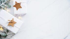Handgjorda gåvaaskar för jul på bästa sikt för vit marmorbakgrund Hälsningkort för glad jul, ram Tema för vinterxmas-ferie royaltyfri foto
