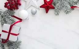 Handgjorda gåvaaskar för jul på bästa sikt för vit marmorbakgrund Hälsningkort för glad jul, ram Tema för vinterxmas-ferie arkivbild