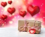 Handgjorda gåvaaskar med röda hjärtor arkivbilder