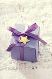 Handgjorda gåvaaskar med stjärna formade etiketter Arkivbild