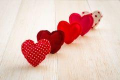 Handgjorda gulliga förälskelsehjärtor för röd signal för valentin dag Arkivbilder