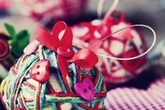Handgjorda julbollar som göras med rad, bandet och knappar, Royaltyfri Foto
